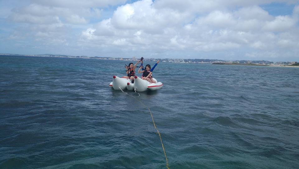 ナナボート遊ぶ若くて元気な女の子3人