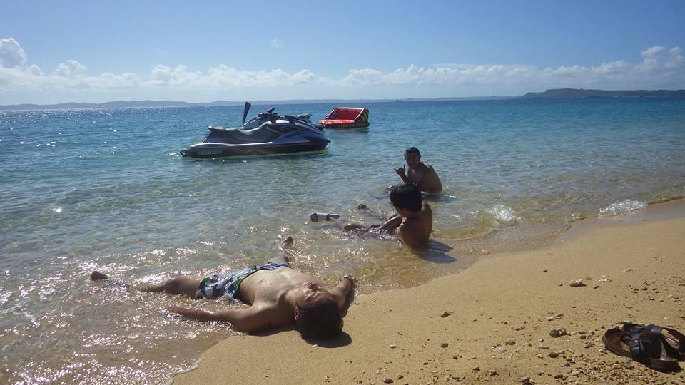 遊びすぎてビーチで休憩
