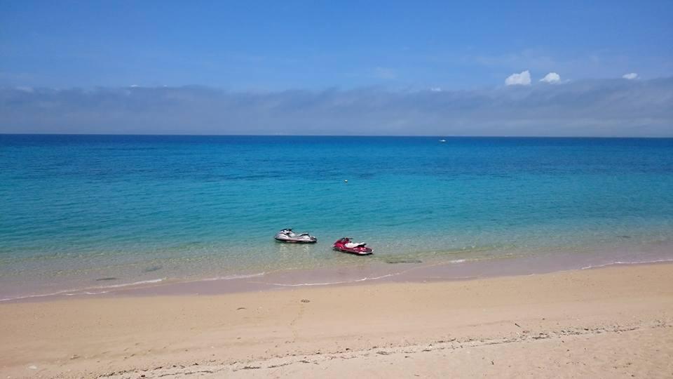 津堅島の綺麗なビーチを眺め