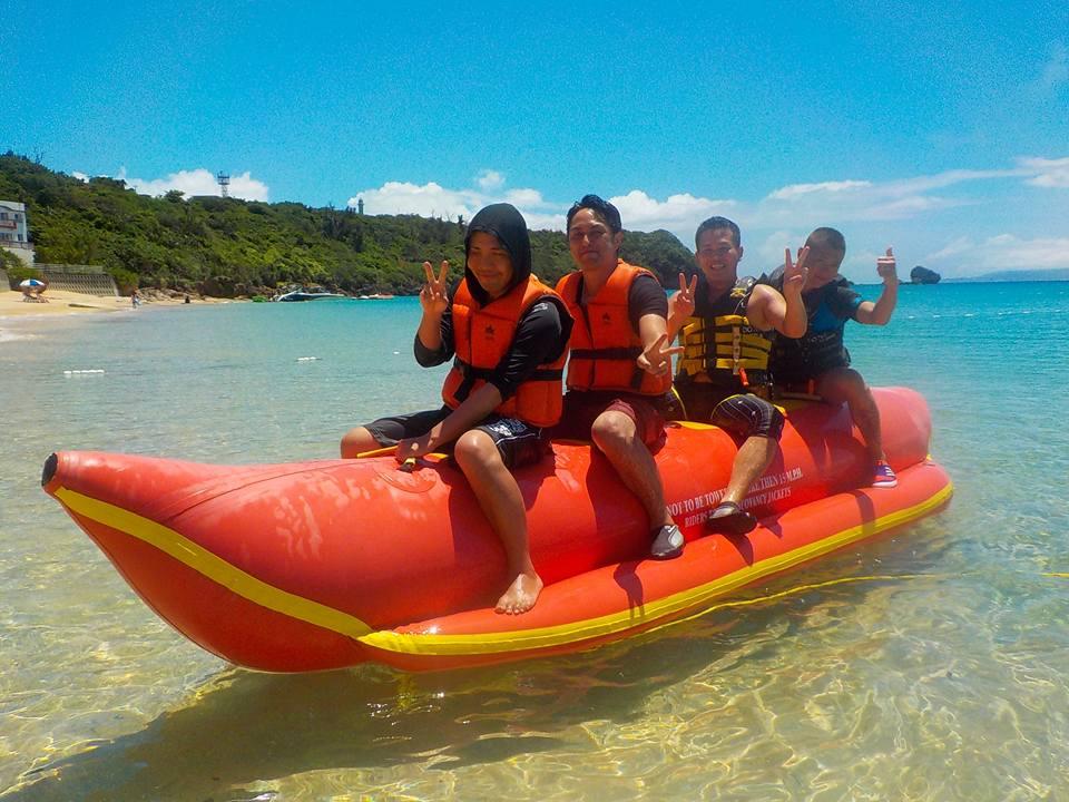 津堅島社員旅行で同僚たちとバナナボート