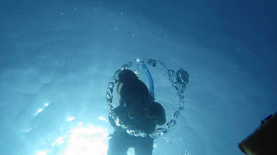 海中にできた幻想的なリングの中へ