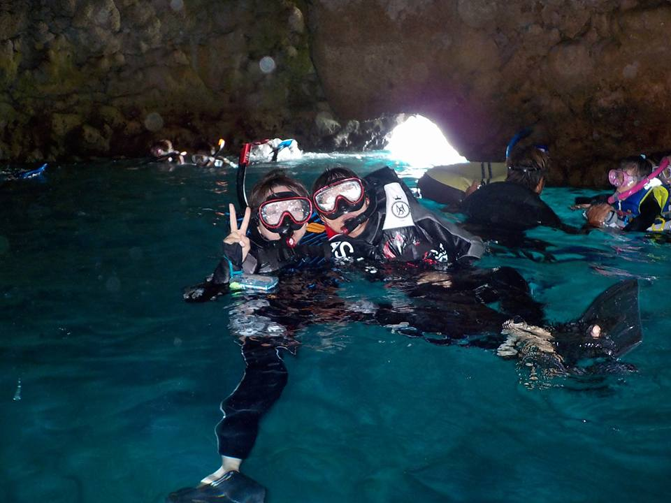 青の洞窟シュノーケル体験したファミリー