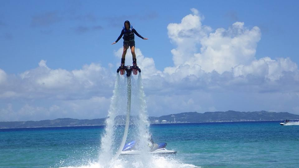 沖縄の津堅島ビーチでフライボード飛行