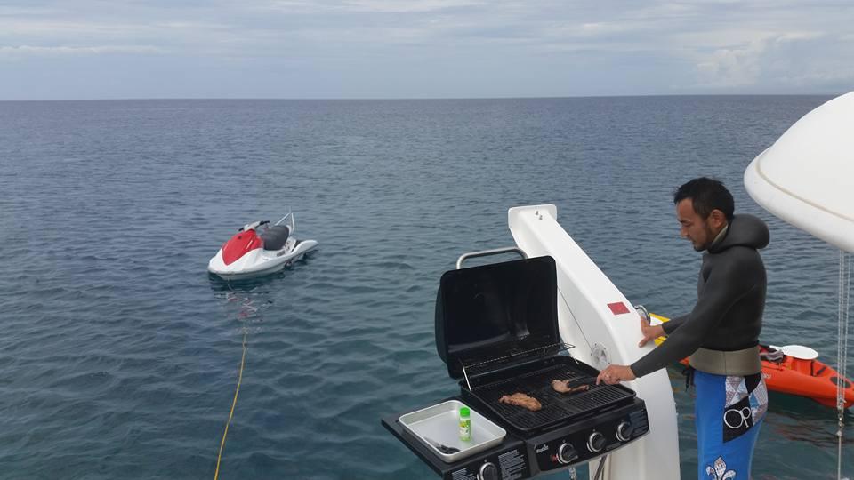 ナガンヌ島沖でBBQ