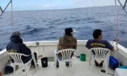 西海岸流し釣り中、当たりを待つ三人
