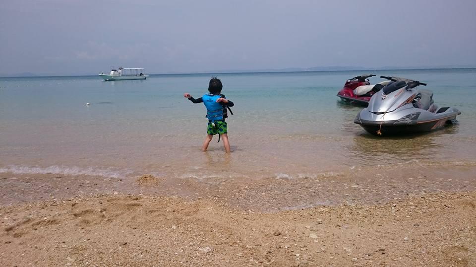 小学生の男の子は元気いっぱい波と遊んでました