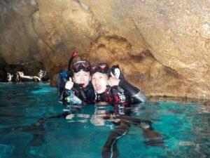 大人気スポット青の洞窟でシュノーケル体験