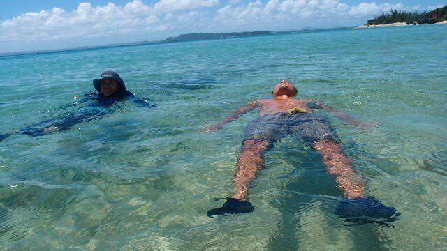 海につかり癒されるご夫婦