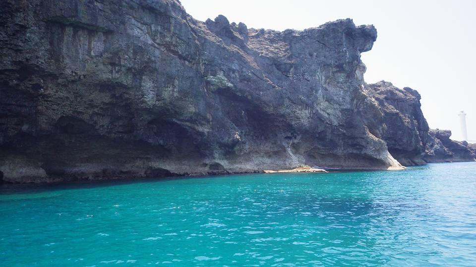 残波岬のエメラルドブルーに光る海と岩肌