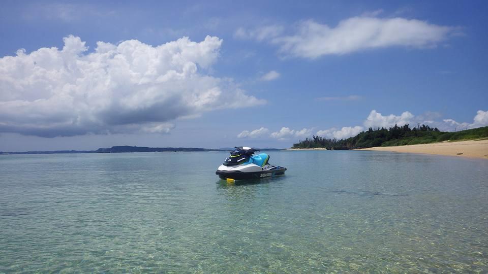 輝くような水面の津堅島ビーチ