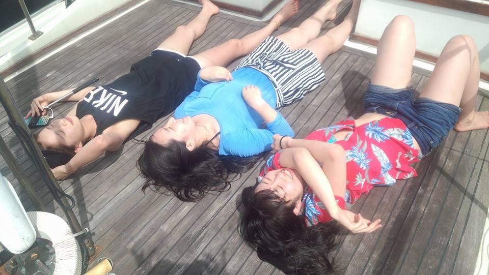 気持ち良さそうに日差しを浴びる女の子3人