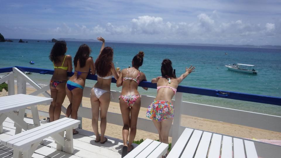 テラスから津堅島ビーチを眺める美女たち