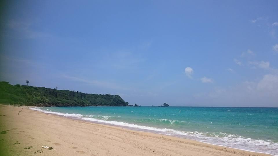 天気はとてもいいですが波が打ち寄せる津堅島ビーチ